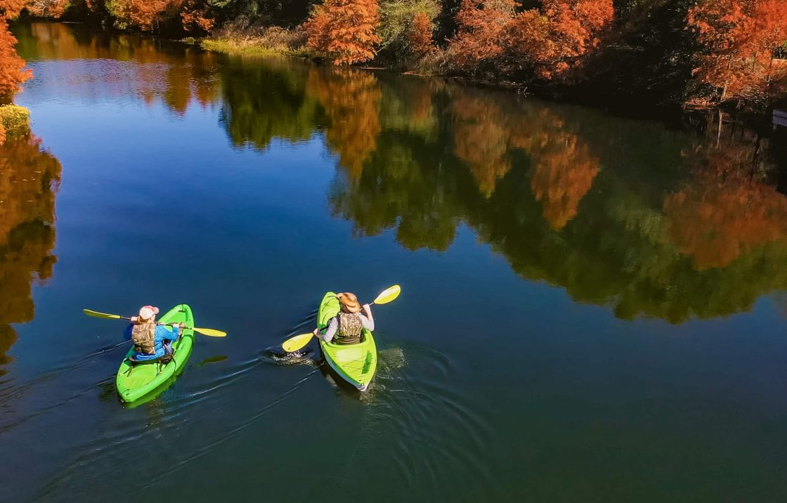 couple kayaking at Texas ranch in private lake